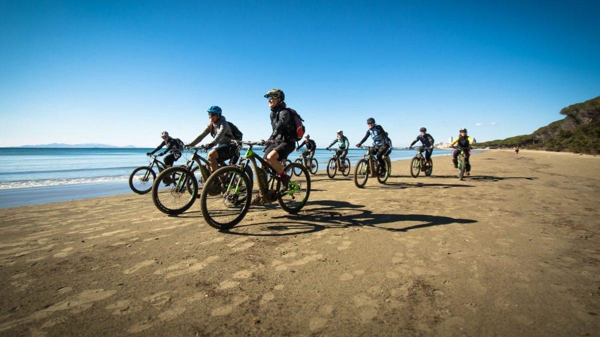 pedalare d'inverno donne in bici sulla spiaggia di Follonica