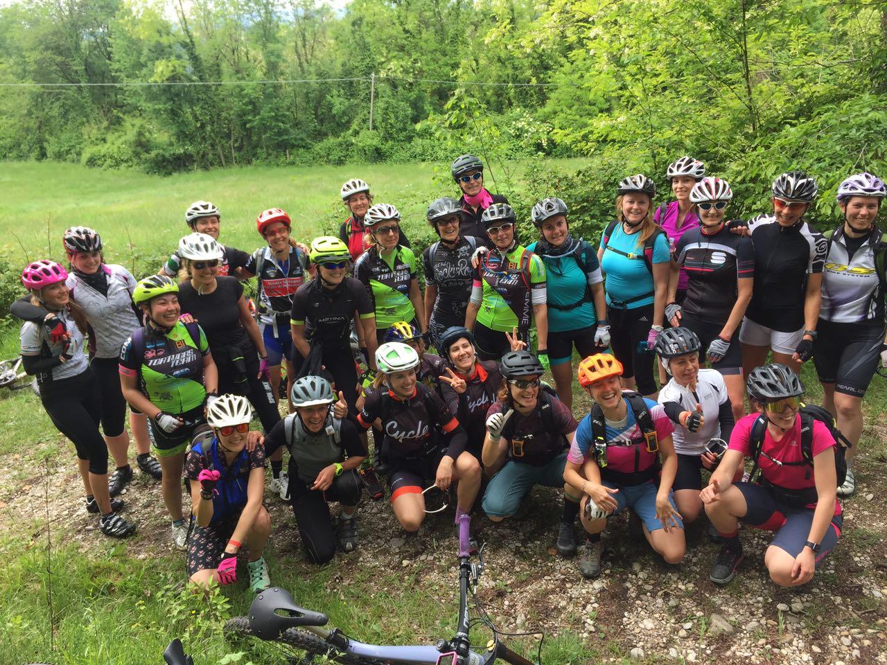 il gruppo di trenta ragazze che hanno partecipato al Ride Like a Girl di Conegliano