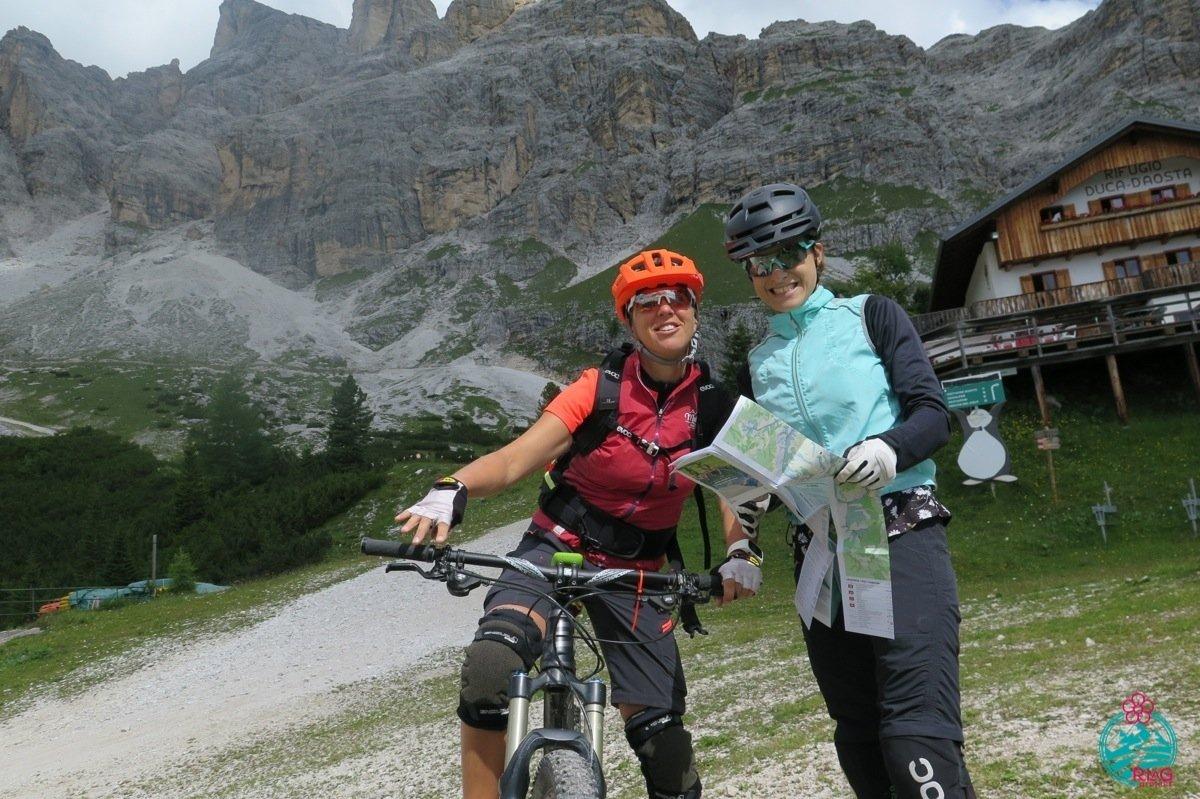 Laura e Giulia nel tour di cortina in mountain bike. Giro della Tofana di Rozes.