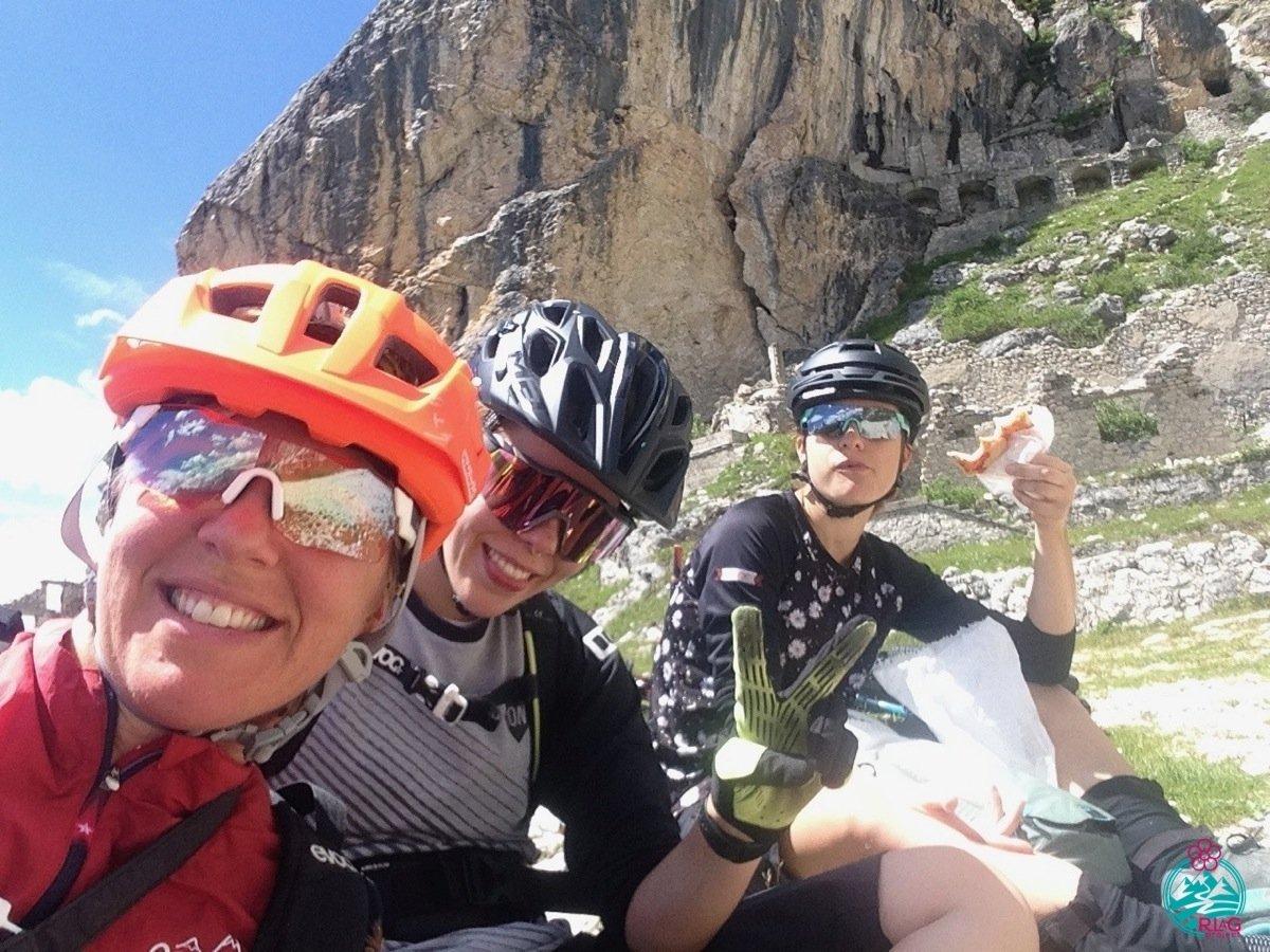 cortina in mountain bike pausa panino