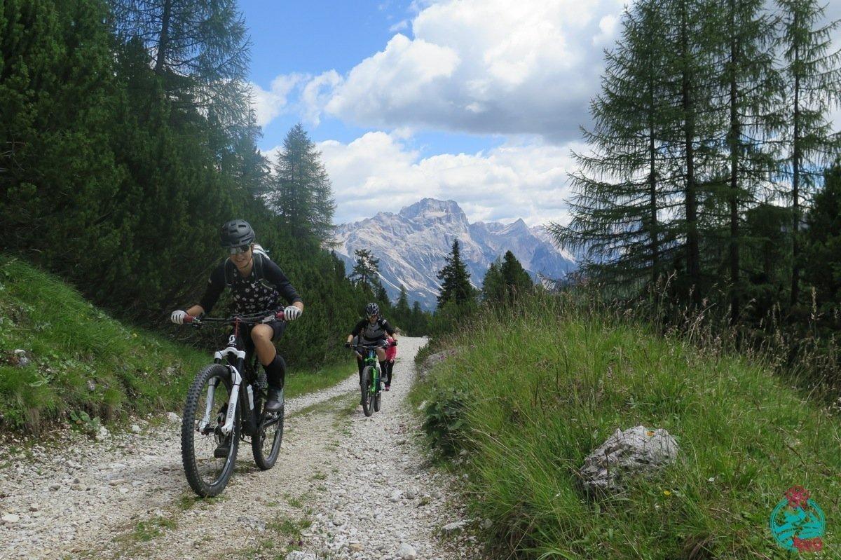 cortina in mountain bike. Giro della Tofana di Rozes.