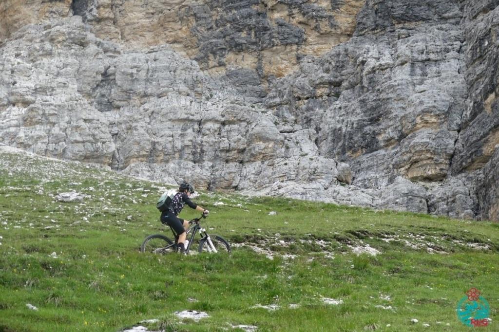 Giulia cortina in mountain bike. Giro della Tofana di Rozes.