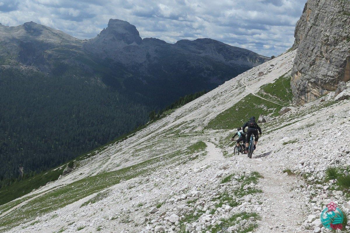 cortina in mountain bike tratto ciclabile