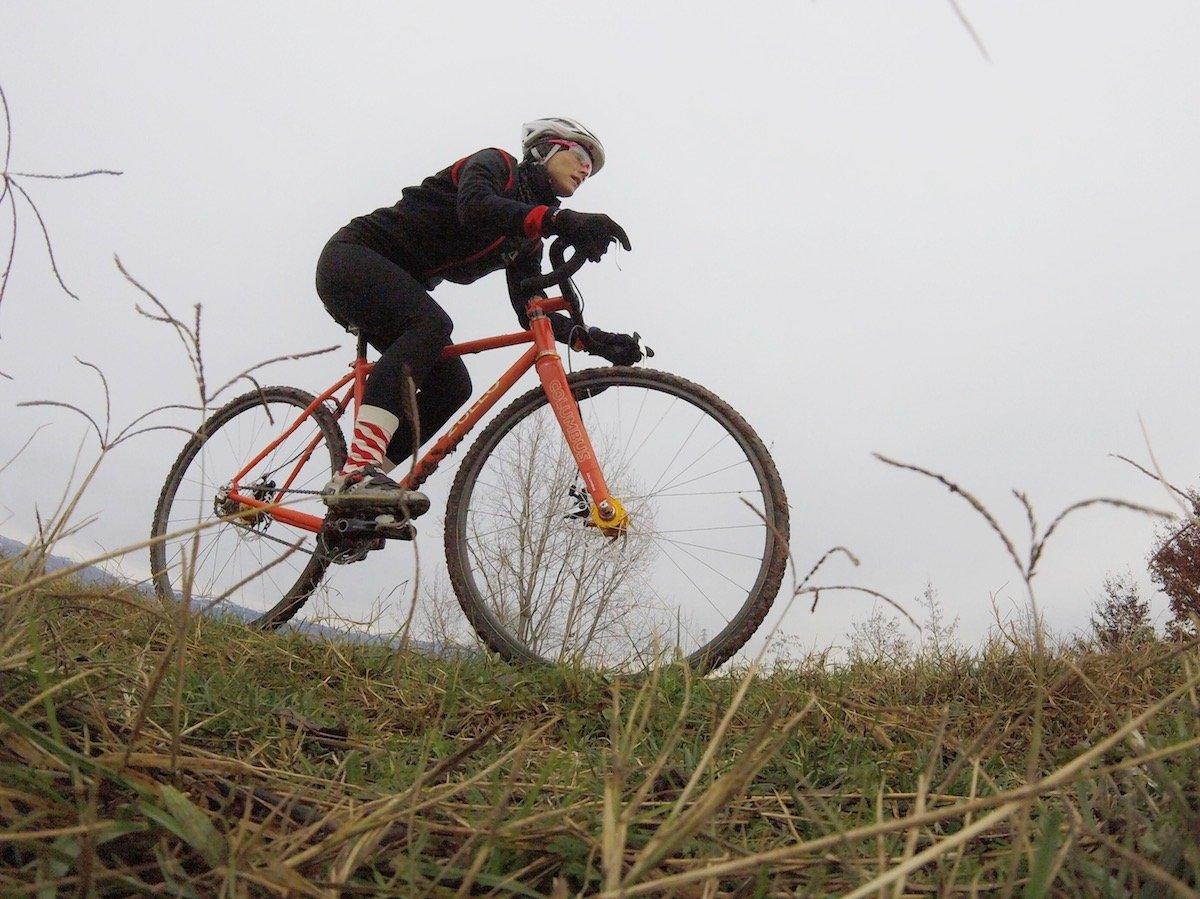 elena martinello sulla bici da ciclocross in inverno