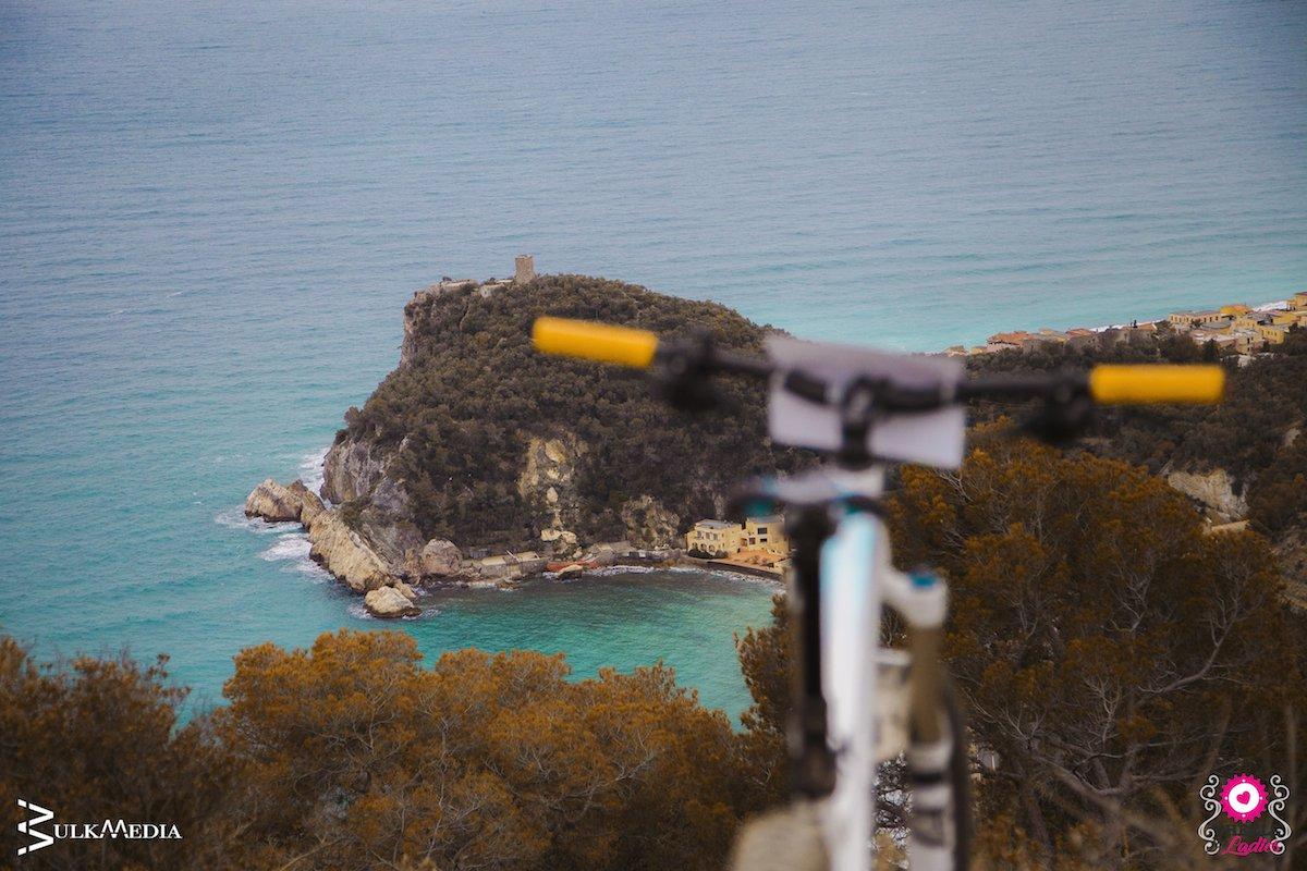 pedalare d'inverno in mountain bike a finale ligure