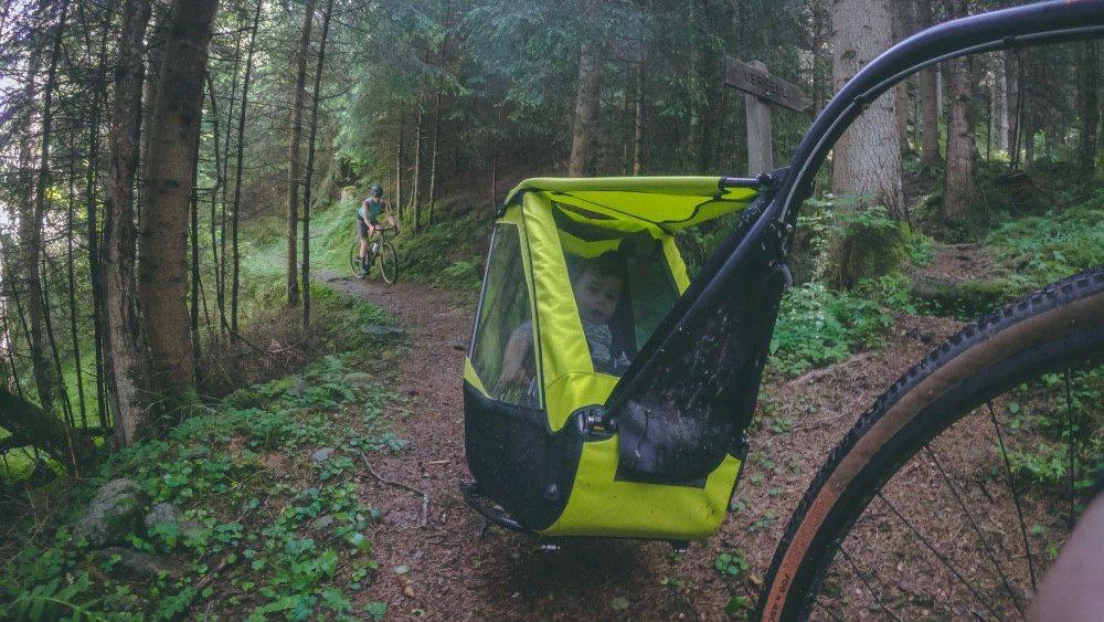 bimbo nel carrellino da bici Tout Terrain durante escursione in bicicletta