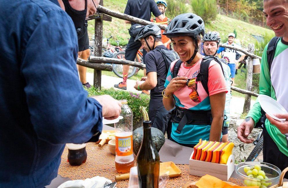 Arianna Hutmacher ad un dei ristori del Valtellina E-bike Festival 2020