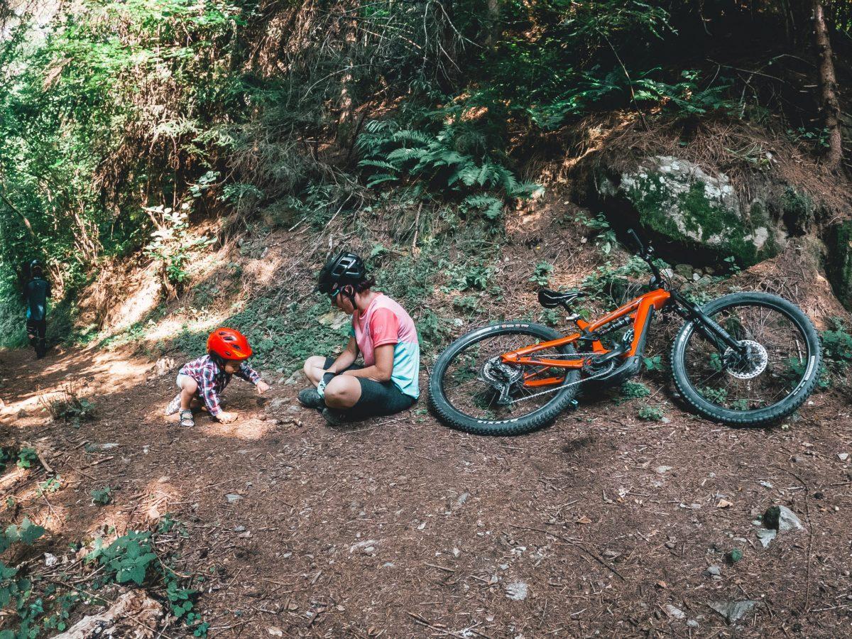 Bambino e mamma con casco