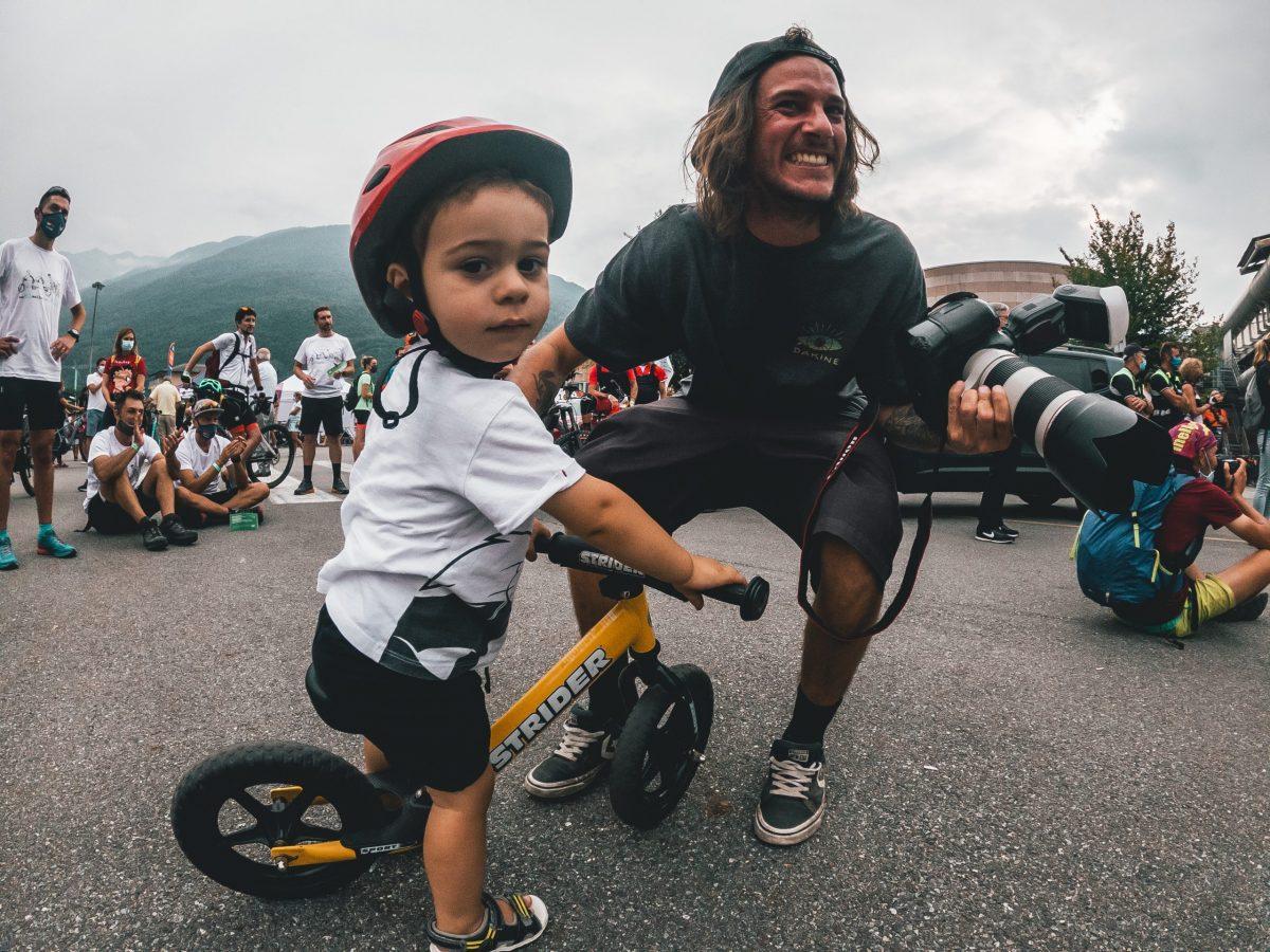 bimbo con casco da bici in bicicletta