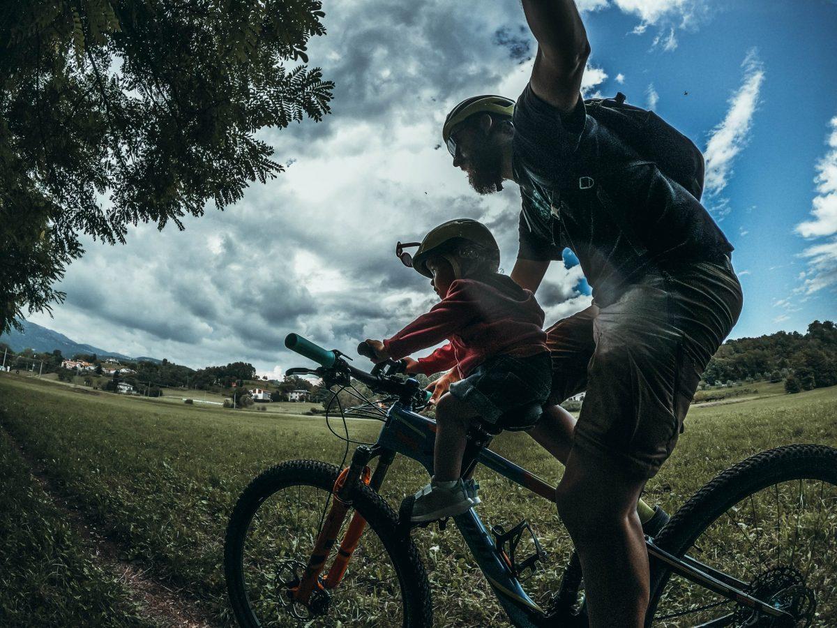 bimba sul seggiolino bici
